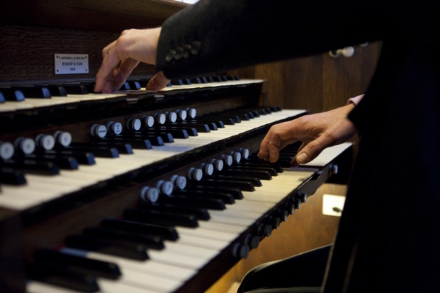 Lg Hands playing the organ